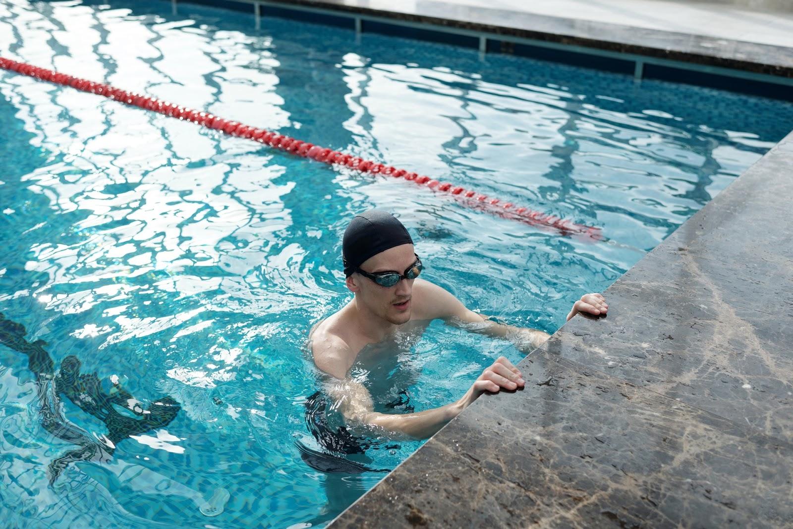 man in swimming pool 4045131 1